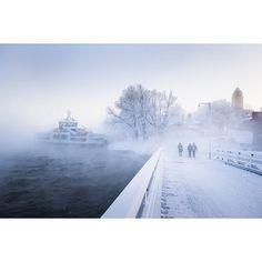 Sumua ja lautta. / The ferry and fog. #visithelsinki #worldheritage #suomenlinna #suomi #finland #helsinki #usva #fog #meri #sea #linnoitus #fortress #aurinko #sun #luonto #nature #maisema #landscape #talvi #winter