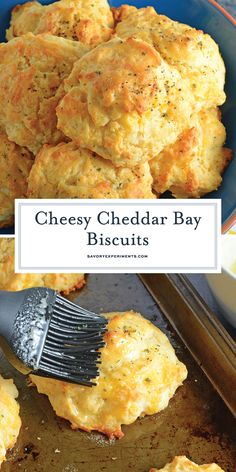 Red Lobster Cheddar Bay Biscuit Recipe Garlic Cheddar Biscuit Recipe - These copycat Red Lobster Cheddar Bay Biscuits are so easy to make you will make them for dinner every night! And they only take 20 minutes! Garlic Cheddar Biscuits, Keto Biscuits, Drop Biscuits, Recipe For Red Lobster Biscuits, Bisquick Recipes Biscuits, Red Lobster Cheddar Bay Biscuits Recipe, Easy Homemade Biscuits, Low Cal, Nutella