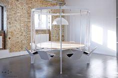 """A empresa britânica @duffylondon criou uma forma divertida de sentar à mesa de jantar para fazer suas refeições ou mesmo para uma reunião de negócios. A Swing Table (""""mesa balanço"""", em português) é uma mesa de tampo de madeira com estrutura de metal que suporta cadeiras penduradas como se fossem balanços de um parque, e pode ser encontrada em diversas cores e tamanhos. Gravidade, geometria, ilusão e diversão pura.#camilakleinarquiteta #duffylondon #mesadejantar #inovacao  #dinningtable"""