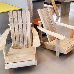 Adirondack passer i alles hager og det at den er laget av gammelt treverk gir den en ekstra god følelse. #scandicool #drivvedno #bærekraftig #påbestilling #håndlagetavoss