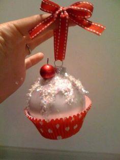 Cupcake for your tree. | 16 Adorables adornos para el árbol de Navidad que puedes hacer tú mismo