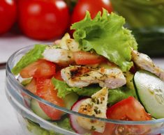 Zeleninový salát s kousky grilovaného kuřecího masa