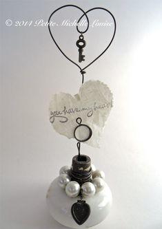 Vintage Doorknob Photo Holder With Wire Heart Door Knobs Crafts, Diy Door Knobs, Vintage Door Knobs, Shabby Chic Crafts, Vintage Crafts, Porcelain Door Knobs, Note Holders, Picture Holders, Vintage Display