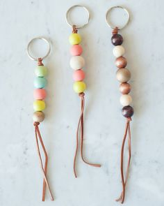 DIY Wooden Bead Keychain by Get the how-to for these cute wooden bead keychains and hundreds of other DIY ideas at The Sweetest Occasion 30 Diy Christmas Gifts, Diy Christmas Keychain, Simple Christmas, Kids Christmas, Diy Jewelry, Jewelry Making, Jewellery, Diy Keychain, Keychain Ideas