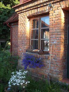 Poľsko je krajina, kde si ľudia veľmi ctia dedičstvo minulosti. Je tu mnoho zachovalých a vynikajúco zreštaurovaných starých domov, chalúp a vidieckych usadlostí. Jedným z nich je aj rozkošný domč…