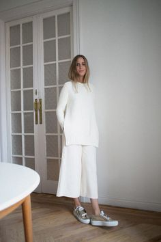 sneakers and pearls,total white look, white culottes, silver sneakers, trending now