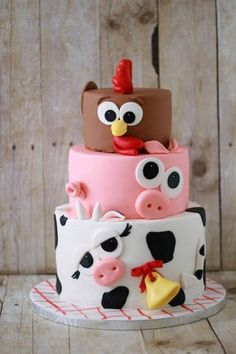 Chickens, Pigs and Cows – oh my! Check out this farm animal inspired birthday ca… Chickens, Pigs and Cows – oh my! Check out this farm animal inspired birthday cake, this delicious cake is perfect for your child's Down on the Farm birthday party. Barnyard Party, Farm Party, Barnyard Cake, Farm Yard Birthday Party, Baby Cakes, Cute Cakes, Yummy Cakes, Fondant Cakes, Cupcake Cakes
