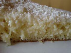 5 ovos, 2 xícaras de açúcar, 1 copo de 200 ml de leite, 1 ½ xícara de farinha de trigo, 1 colher de sobre de fermento em pó Calda 2 copos de 200 ml de leite condensado 2 copos de 200 ml de leite 1 copo de 200 ml de leite de coco 100 g de coco branco seco ralada Prepare o bolo como de sempre , coloque numa forma untada e leve ao forno pré-aquecido 180 por 45min.Com o bolo quente e ainda na forma fure-o com garfo e regue com a calda quente,deixe na geladeira por 1 dia e sirva .