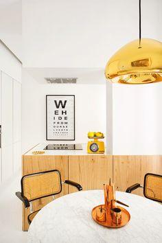 El joven arquitecto Patxi Eguiluz y el estudio Räl 167 fusionaron los restos originales de los años 20 con la sobriedad cálida del siglo XXI en un piso de Madrid. Sus claves: la colección de arte del dueño, serenidad y un nuevo lujo domesticado.