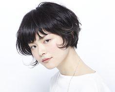 つや髪を強調したショートボブ。 シルエットも奥行きが強調されるように切っています。 毛先の動きが軽く、女性らしいニュアンスを醸し出します。 ワンポイントで入れたハイライトがスタイルにメリハリを出してくれるのでモード感もプラスされます。 マニッシュなスタイルが好きな女性にも取り入れやすいヘアスタイルです。 HAIR CATALOG.JP