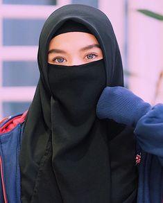 "In English, she is known as a ""Housewife"" In Arabic, she is known as ""Rabbaitul Bait"" or ""The Queen of the House"" Hijab Niqab, Muslim Hijab, Mode Hijab, Hijab Outfit, Hijab Dp, Hijabi Girl, Girl Hijab, Islamic Fashion, Muslim Fashion"