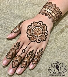 10 Easy Henna Designs for Beginners for Their Backhand and Feet! 10 Easy Henna Designs for Beginners for Their Backhand and Feet! Henna Hand Designs, Eid Mehndi Designs, All Mehndi Design, Mehndi Designs Finger, Henna Flower Designs, Pretty Henna Designs, Mehndi Designs For Beginners, Mehndi Design Photos, Mehndi Designs For Fingers