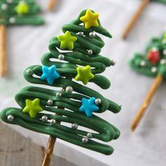 Wil je iets leuks maken voor kerst dat niet moeilijk is en waarvoor je niet langer dan 20 minuten in de keuken staat? Maak dan deze leuke kerstboompjes. Wat je nodig hebt zijn groene candy melts, pretzelstokjes, stersprinkels en zilveren balletjes. Op de foto zie je ook witte chocolade, hiermee wilde ik een kerstslinger maken... LEES MEER...