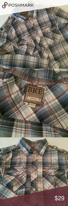 BKE Slim Pearlsnap Men's size small BKE slim fit button up. This shirt is in EUC with no damage or stains. Sleeves can be rolled up and snapped in place. BKE Shirts Casual Button Down Shirts