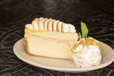 The Cheesecake Factory Lemon Meringue Cheesecake Factory Recipe, Cheesecake Factory Desserts, Cheesecake Factory Copycat, Cheesecake Recipes, Copycat Recipes Desserts, Lemon Desserts, Lemon Recipes, Delicious Desserts, Snack Recipes