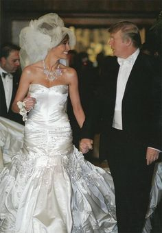 Donald Trump is now officially the new president of the USA and his beautiful wife Melania Trump is the first lady of the USA. Celebrity Wedding Photos, Celebrity Wedding Dresses, Celebrity Weddings, Wedding Gowns, Famous Wedding Dresses, Donald Trump Family, Donald And Melania Trump, First Lady Melania Trump, Trump Melania