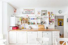 Cozinha branca com azul pastel