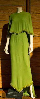 www.jornaljardins.blogspot.com: EXPOSIÇÃO CORTES E RECORTES MOSTRA CRIAÇÕES DE CLODOVIL HERNANDES Criou este belíssimo vestido em 1968 para a atriz Tonia Carrero receber o Premio Molière em em 2004, ele mesmo assinou esta releitura.