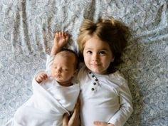 La llegada de un nuevo bebé a casa puede representar muchos retos para los padres pero también para el hermano o la hermana mayor. Los celos, las rabietas y las regresiones a etapas anteriores son normales, pero requieren una adecuada atención de los padres, hay que ayudarle al hijo mayor a enten…