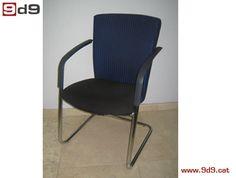 Silla confidente oficina de segunda mano, con estructura de aluminio con brazos, y tapizada en tela de color azul y negro. PVP: 50€.