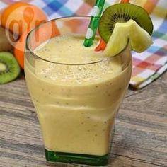 Een heerlijke verfrissende smoothie met ananas, sinaasappel, kiwi, yoghurt en groene thee!