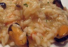 Risotto ai Frutti di Mare     Ingredienti per 4 persone:   400 g di riso; 300 g di frutti di mare freschi o scongelati; 2 spicchi d'aglio; ...