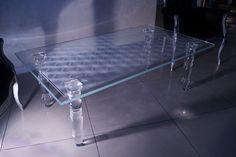 MODERNÍ SKLENĚNÝ STOLEK TB-03 | SZKLO-LUX Jaroslaw Fronczak | Processing and wholesale of glass - Deska je vyrobena z bezpečnostního skla VSG 8.8.2 Diamant (optiwhite), síla 16 mm, fazetované hrany, ve skle je umístěná rytina. Nohy jsou vyrobeny z křišťálového skla. Teak, Gravure Laser, Glass Furniture, Modern Glass, Glass Table, Tables, Design, Home Decor, Minimalist Room