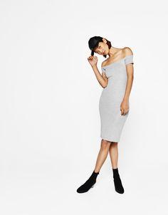 Sukienka wykonana ściegiem ponte di roma z dekoltem odsłaniającym ramiona.  Odkryj to i wiele innych ubrań w Bershka w cotygodniowych nowościach