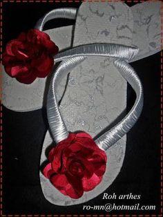 Resultado de imagem para chinelos decorados com rendas In Ear Headphones, Flip Flops, Stylists, Slippers, Diy, Accessories, Ideas, Decorated Flip Flops, Shoes