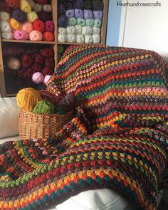 Colcha de crochê: 60 ideias e vídeos passo a passo para você fazer a sua Scrap Yarn Crochet, Crochet Quilt, Diy Crochet, Crochet Crafts, Crochet Baby, Crochet Projects, Granny Square Crochet Pattern, Crochet Blanket Patterns, Knitting Patterns