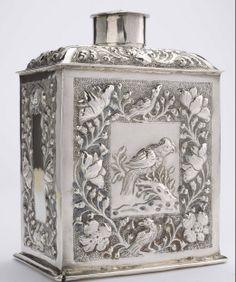 Zilveren theebus met bloemen en vogels (1698). Museum De Lakenhal, Leiden. Bruikleen: Fries Museum, sinds 1951