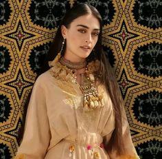 Best Friend Status, Bridal Lehenga Online, Culture Clothing, Esra Bilgic, Turkish Beauty, Winter Dresses, Casual Dresses, Pakistani Outfits, Turkish Actors