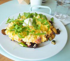 Lunchtijd!  geroosterd desembrood met gebakken champignons en courgette en een heerlijke omelet met kaas en rauwe Ham ow en de mayo en wat rucola mag niet ontbreken
