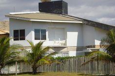 Linda Casa 3 Suítes Em Guarajuba - Casa de extremo bom gosto, estilo moderno, excelente acabamento, a 30 metros da praia em Guarajuba. 1º Andar Sala com pé direito...