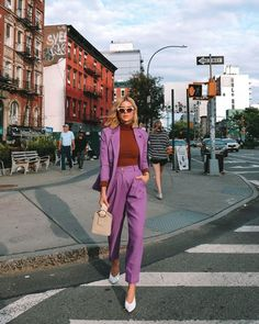 New York Fashion Week street style had a definite mood this week: and that was tonal, oversized blazers, a touch of yellow, and matching twin sets. As the NYFW Spring/Summer 2020 runways come to… Fashion Week Paris, New York Fashion Week Street Style, Lakme Fashion Week, Cool Street Fashion, Fashion Weeks, Look Fashion, Paris Street Styles, New York Style Fashion, Vintage Fashion Style