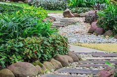 Zahradní chodníčky mají propojit jednotlivá místa, třeba dům s posezením v altánu, a také opticky rozdělit prostor. Jestlipak víte, kdy je vysypat pískem a kdy je vhodnější použít přírodní kámen?