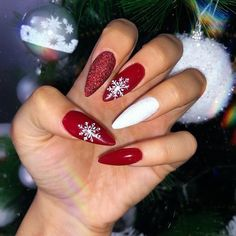 Here is a tutorial for an interesting Christmas nail art Silver glitter on a white background – a very elegant idea to welcome Christmas with style Decoration in a light garland for your Christmas nails Materials and tools needed: base… Continue Reading → Chistmas Nails, Cute Christmas Nails, Christmas Nail Art Designs, Xmas Nails, Holiday Nails, Halloween Nails, Elegant Christmas, Christmas Acrylic Nails, Christmas Design