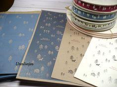 Papiertüten, Aufkleber und Schleifenband mit weihnachtlichen Tannen, Rehe, Bären und Blockhütte
