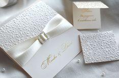 Wollen Sie Ihren Hochzeitstag perfekt machen? Für uns ist jeder Detail sehr wichtig, darum bieten wir an exklusive Hochzeitseinladungen wie diese.  Die Technologie des weißen Blinddrucks spielt schön mit dem Licht. Design ist komplettiert mit dem golden Heißprägen und Satin-Schleife mit Brosche.   #Hochzeitskarten #Hochzeitseinladungen #Hochzeit