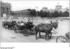 Der Chef setzt auf Nostalgie 10.7.1990-Berlin- Vom Pariser Platz am Brandenburger Tor aus können sich Berlin-Besucher in den schmucken Kutschen der Ostberliner Firma Pohl ein Stück durch die Stadt kutschieren lassen.