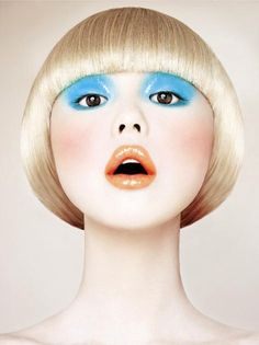 Glossy eyeshadow - Tangerine lips - Make-up look - Blond hair