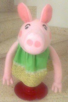 Títere Cerdita, color rosa de 30 cm, con vestido verde liso y flores. código CER-32)