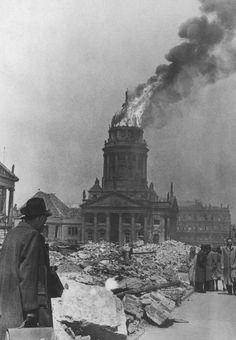 Berlin - Der Französischer Dom ist nach einem Luftangriff 1944 fast völlig zerstört.
