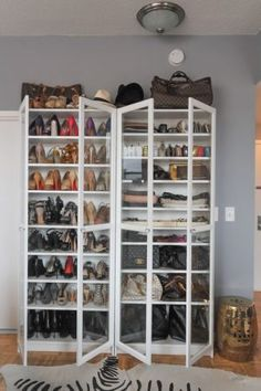 19 Ways to Organize Your Shoe Clutter on a Tight Budget Here's 19 shoe storage and organization hacks that are worth trying even if you are on a budget. You will love these DIY shoe organizer ideas! Ikea Closet, Closet Bedroom, Closet Space, Master Closet, Shoe Organizer, Closet Organization, Organizing Shoes, Organiser Son Dressing, Ikea Billy Bookcase