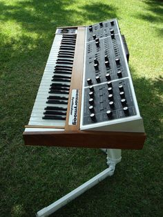 Vintage Moog Memorymoog Plus Analog Synthesizer SN 3171 Music Production Equipment, Recording Equipment, Studio Desk Music, Arduino, Moog Synthesizer, Rock Music News, Vintage Synth, Home Music, Monitor