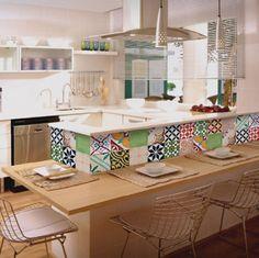 Na parede da cozinha       O ladrilho hidráulico  é um produto totalmente artesanal, feito peça por peça, e manualmente por um artista...