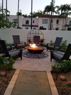 Good Photographs small Backyard Fire Pit Suggestions Lots of modern day home owners want for over a traditional real wood deck having a smoker within their backyards. Backyard Inspiration, Small Backyard, Fire Pit Backyard Diy, Backyard Design, Backyard Landscaping Designs, Back Garden Design, Backyard Makeover, Backyard Decor