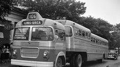 Os Papa Filas surgiram nos anos 1950, num improvisado reboque montado sobre um cavalo mecânico travestido de ônibus, foto de 1955.