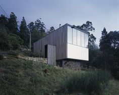 Little Big House is a minimal home located in Tasmania, Australia, designed by Room11. The Little Big House is located upon the eastern slopes of Mount Wellington, high above Hobart. The siting is mindful of its context; positioned close to and perpendicular to the curvilinear Huon Road. (2)