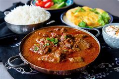 Vindaloo är en het och kryddig indisk gryta med mycket smaker. Rätten är ganska lättlagad men kräver sin tid att tillagas. Köttet ska marineras i vinäger, chili och kryddor för att den ska få en god smak och bli extra mör. Sen får grytan gärna puttra några timmar på spisen. Jag ville göra en autentisk vindaloo och gjorde en reaserch på nätet, jag föll för ett recept jag hittade på Youtube som tillagas av en Indisk kock. Du hittar klippet längst ner i inlägget. Jag gjorde lite små justeringar… Vindaloo, Indian Food Recipes, Healthy Recipes, Ethnic Recipes, Healthy Food, A Food, Food And Drink, Zeina, Kitchen Cabinet Remodel